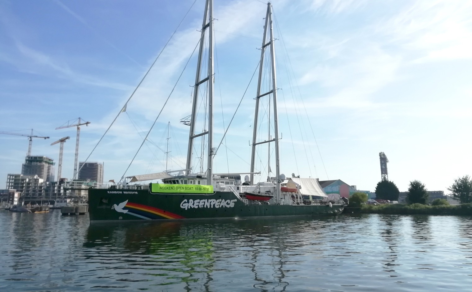 De Rainbow Warrior, in de haven in Amsterdam.